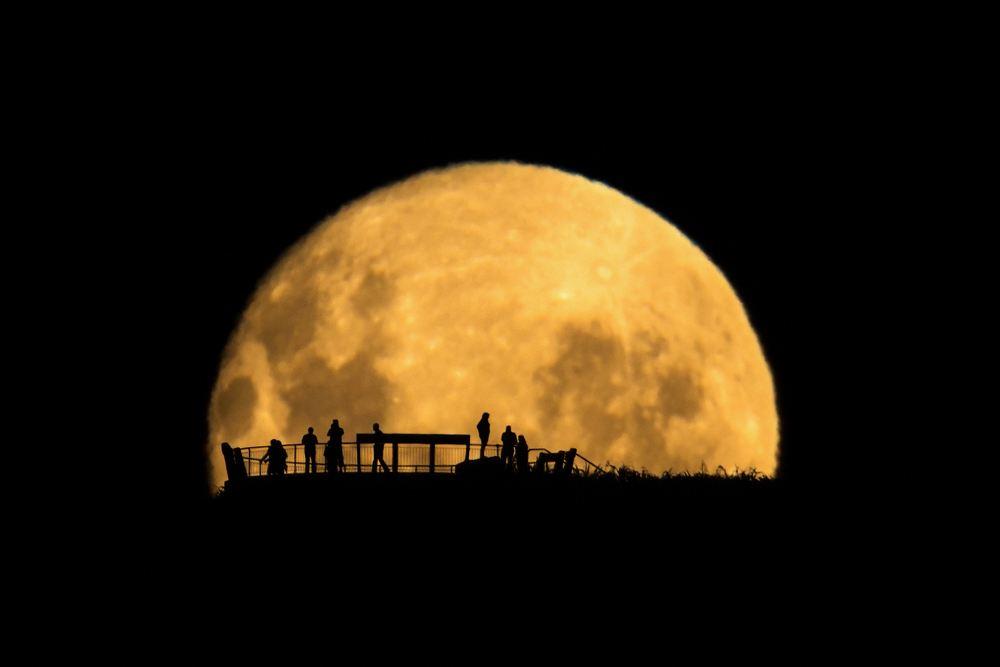 5bd9deac 2180 4577 a880 7c71782ac19d Moon Silhouettes Mark Gee copy